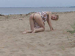 Awesome thin teen charmer showing her seductive body outdoor on the bench in this flv video.