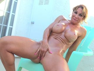 Good-looking woman knows how to make her shaved hole wet