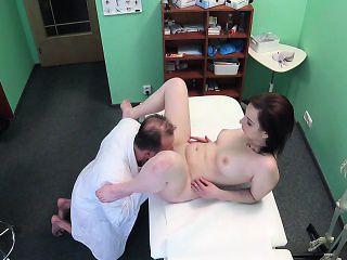 Doctor cummed on brunette gal in hospital