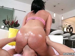 Perfect ass girl gets a sex massage